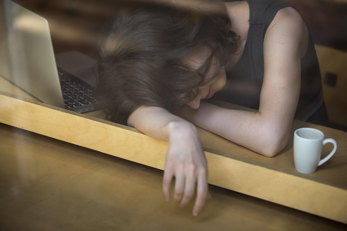 Utmattad ung kvinna